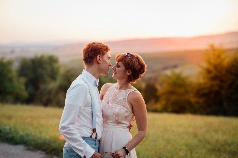 Hochzeitsfotos-Ludwigsburg-Hochzeitsreportage-060-Villa-Forsthof-Brautpaar-Abendsonne-Paarshooting
