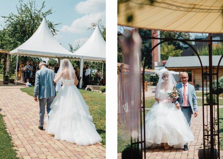 Hochzeitsfotos-Ludwigsburg-Hochzeitsreportage-065-Vater-fuehrt-Braut-zur-Trauung