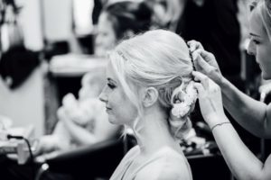Hochzeitsfotos-Odenwald-Hochzeitsreportage-003-Getting-Ready-Braut-Frisur