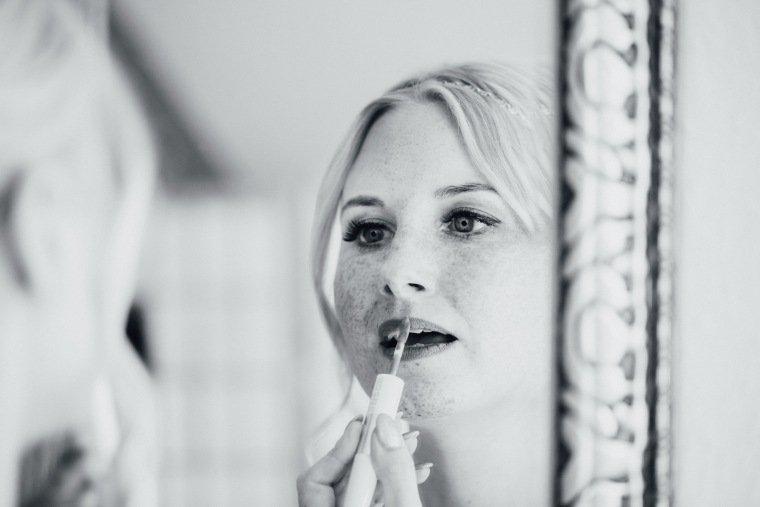 Hochzeitsfotos-Odenwald-Hochzeitsreportage-010-Getting-Ready-Braut-Styling-Lippgloss