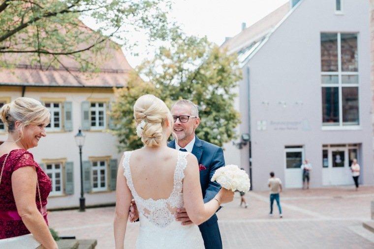 Hochzeitsfotos-Odenwald-Hochzeitsreportage-016-Braut-vor-Standesamt