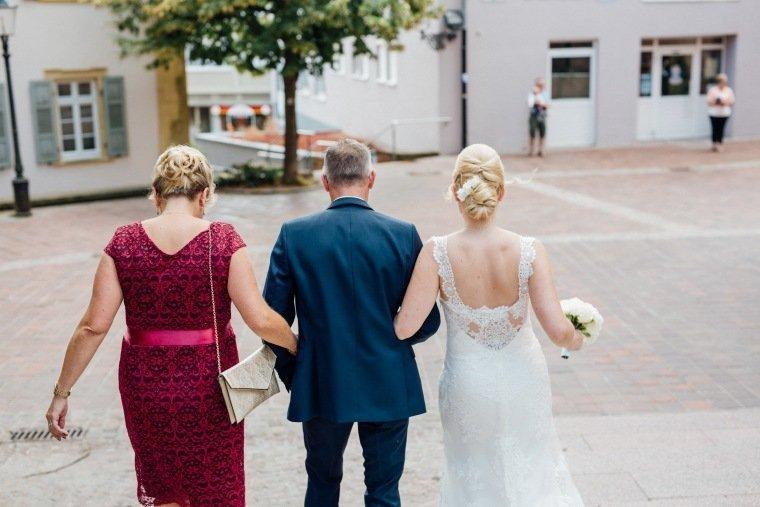 Hochzeitsfotos-Odenwald-Hochzeitsreportage-018-Braut-Eltern-Standesamt
