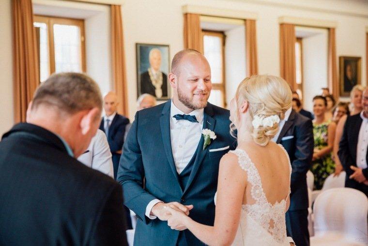 Hochzeitsfotos-Odenwald-Hochzeitsreportage-021-Standesamt-Brautpaar