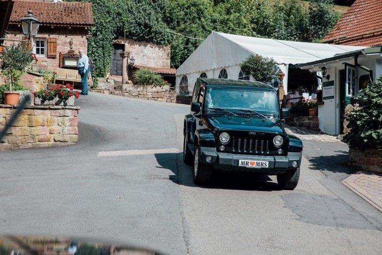 Hochzeitsfotos-Odenwald-Hochzeitsreportage-029-Haidersbacher-Muehle-Brautauto