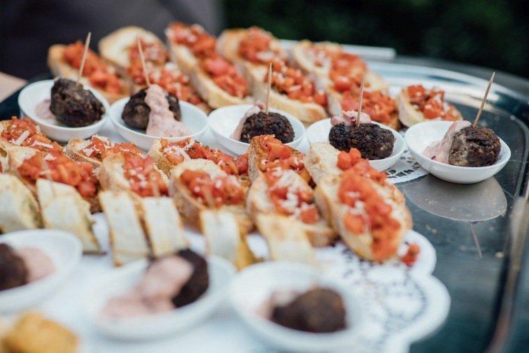Hochzeitsfotos-Odenwald-Hochzeitsreportage-033-Haidersbacher-Muehle-Sektempfang-Haeppchen-Flying-Buffet