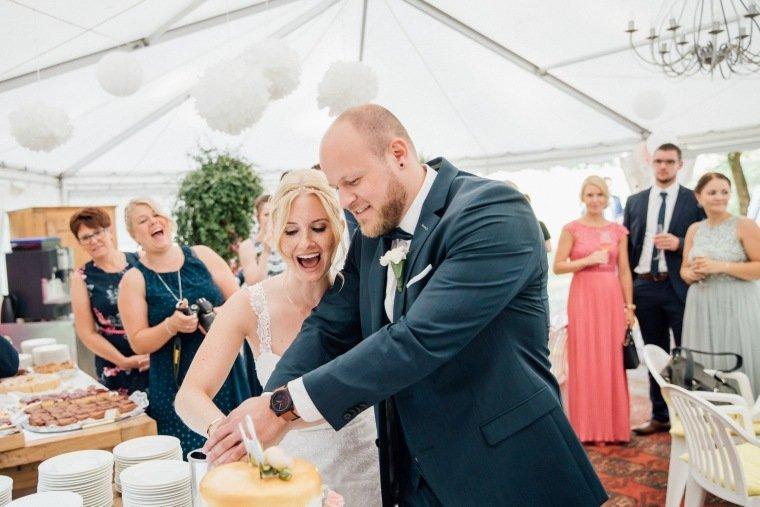 Hochzeitsfotos-Odenwald-Hochzeitsreportage-036-Haidersbacher-Muehle-Brautpaar-Tortenanschnitt-Hochzeitstorte