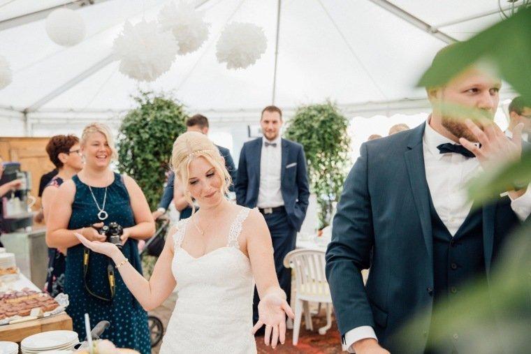 Hochzeitsfotos-Odenwald-Hochzeitsreportage-037-Brautpaar-Tortenanschnitt-Hochzeitstorte-Haidersbacher-Muehle