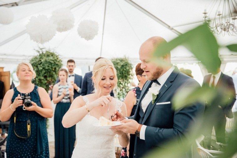 Hochzeitsfotos-Odenwald-Hochzeitsreportage-038-Brautpaar-Tortenanschnitt-Hochzeitstorte-Haidersbacher-Muehle