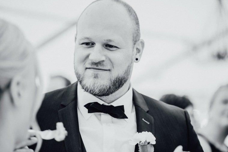 Hochzeitsfotos-Odenwald-Hochzeitsreportage-039-Brautpaar-Anschnitt-Hochzeitstorte