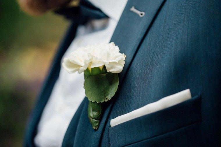 Hochzeitsfotos-Odenwald-Hochzeitsreportage-044-Weddingdetails-Anstecker-Braeutigam