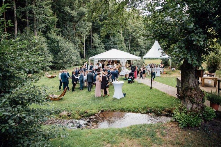 Hochzeitsfotos-Odenwald-Hochzeitsreportage-048-Haidersbacher-Muehle-Sektempfang