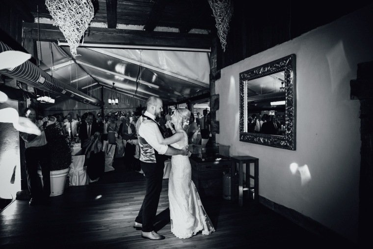 Hochzeitsfotos-Odenwald-Hochzeitsreportage-064-Hochzeitstanz-Haidersbacher-Muehle