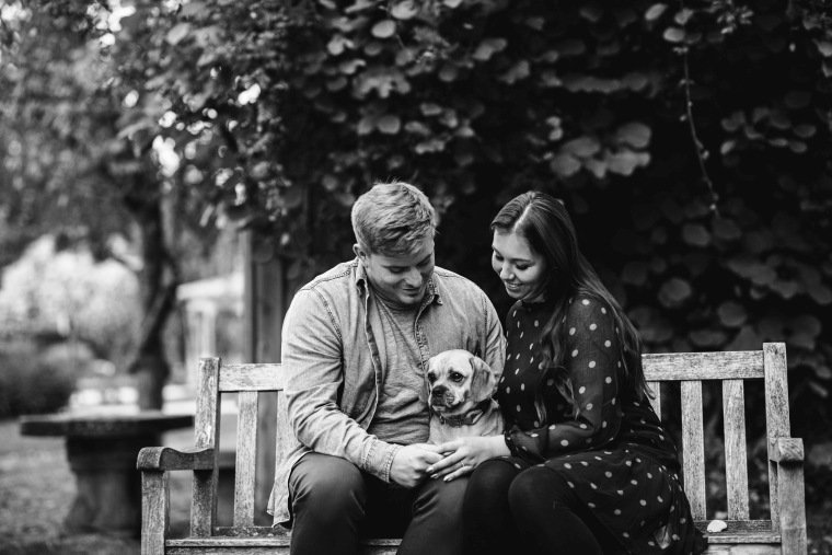 Paarfotos-Verlobung-Engangement-Shooting-Heilbronn-Botanischer-Garten-006-Paar-Hund