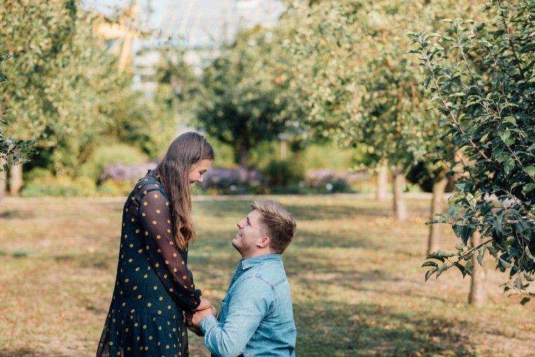 Paarfotos-Verlobung-Engangement-Shooting-Heilbronn-Botanischer-Garten-010-Angrag-romantisch