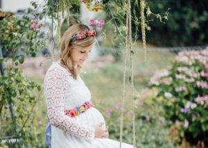 Babybauchfoto-mit-Flowercrown-Blumenschaukel-und-Blumenguertel