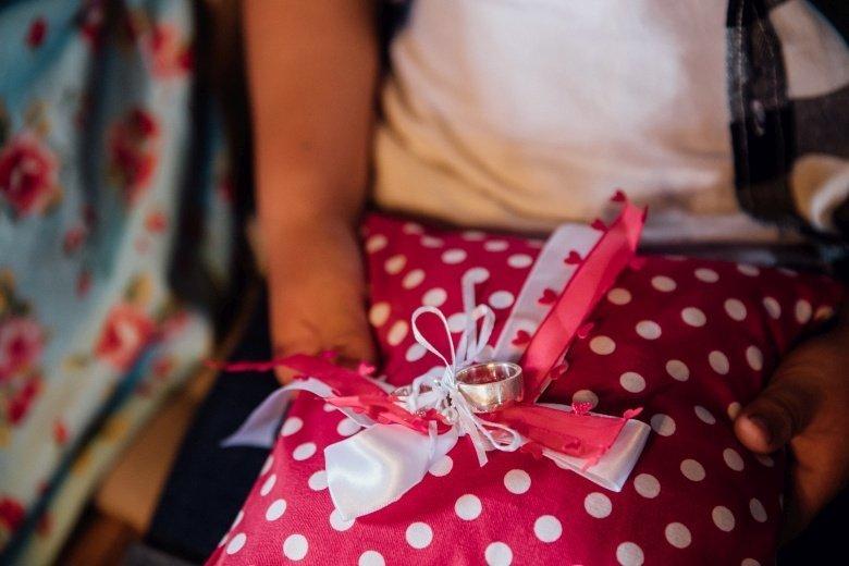 Rockabilly Hochzeit! Pinkes Ringkissen mit Polkadots und Eheringen