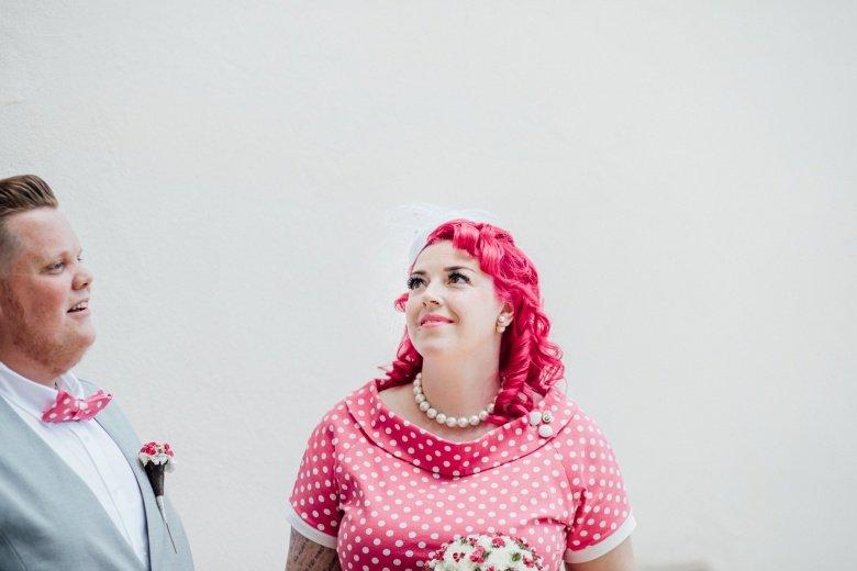 Rockabilly Hochzeit! Pinkes Brautkleid mit Polkadots, Brautpaar nach der Trauung