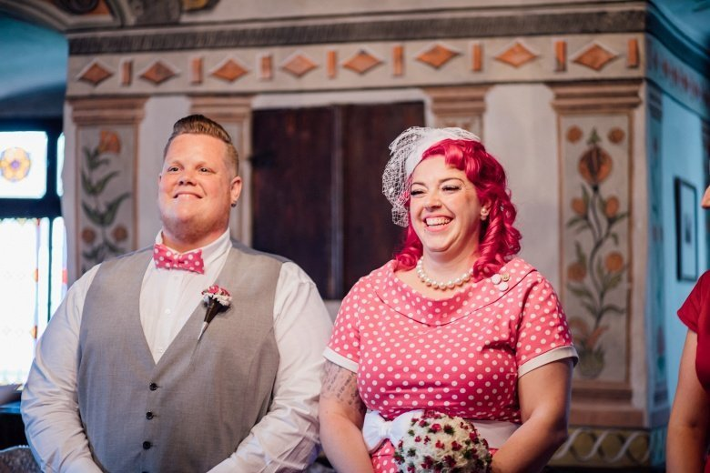 Rockabilly Hochzeit! Pinkes Brautkleid mit Polkadots, Fascinator, pinke gepunktete Fliege im Standesamt.