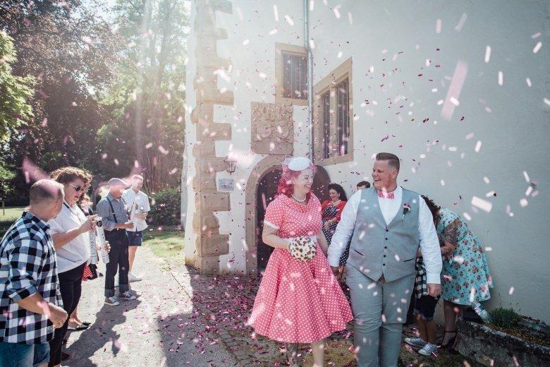 Rockabilly Hochzeit! Pinkes Brautkleid mit Polkadots, Auszug aus Standesamt mit Konfettikanone.