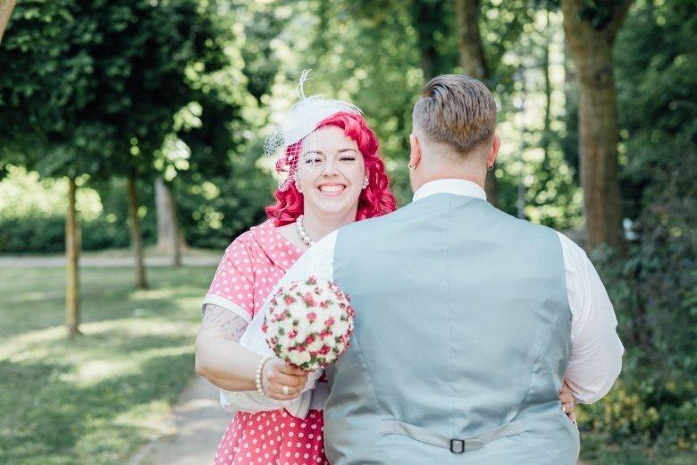 Rockabilly Hochzeit! Pinkes Brautkleid mit Polkadots, Paarfotos im Park.