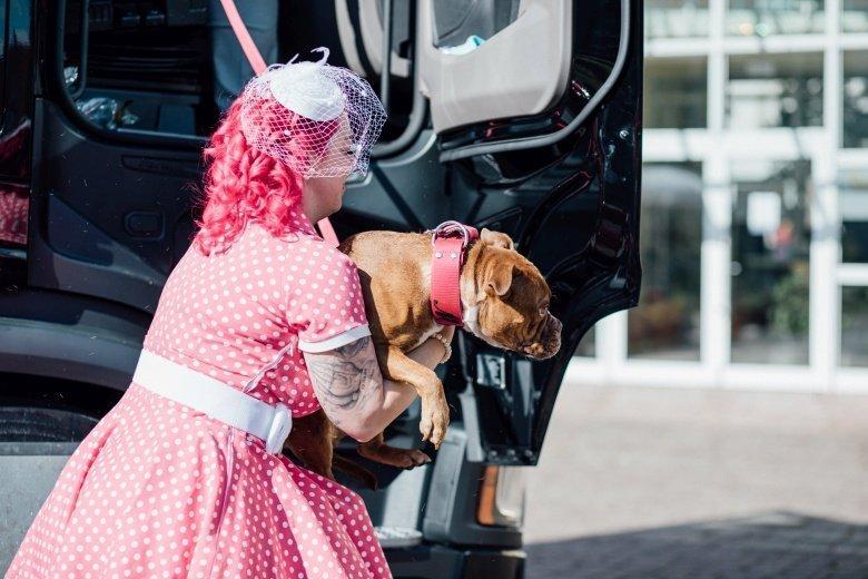 Rockabilly Hochzeit! Pinkes Brautkleid mit Polkadots und süßem Hund