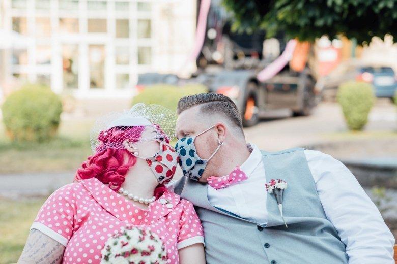 Rockabilly Hochzeit! Pinkes Brautkleid mit Polkadots, pinke Fliege und passende Mase.