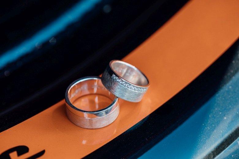 Detailfoto Eheringe in Felge - Rockabilly Hochzeit