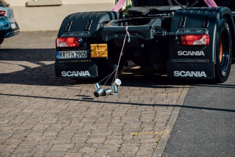 Rockabilly Hochzeit mit Scania Truck als Brautauto.