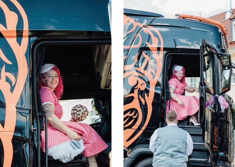 Rockabilly Hochzeit mit Scania Truck! Pinkes Brautkleid mit Polkadots.