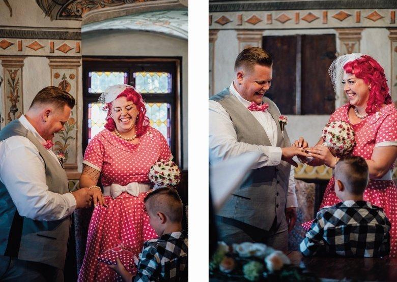 Rockabilly Hochzeit im Standesamt Neckarbischoffsheim! Brautpaar beim Ring anstecken, Pinkes Brautkleid mit Polkadots