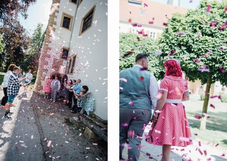 Rockabilly Hochzeit! Pinkes Brautkleid mit Polkadots und Konfettikanone beim Auszug