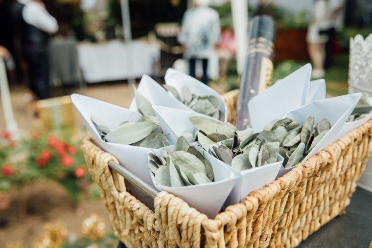 Boho-Gartenhochzeit-Eukalyptus-Wurfkonfetter