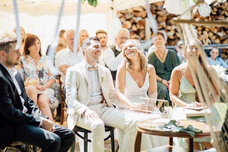 Boho-Brautpaar-Gartenhochzeit-freie-Trauung-Zeremonie