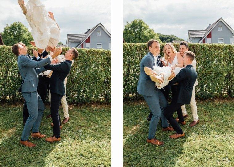 Gruppenfoto-Braut-wird-geworfen