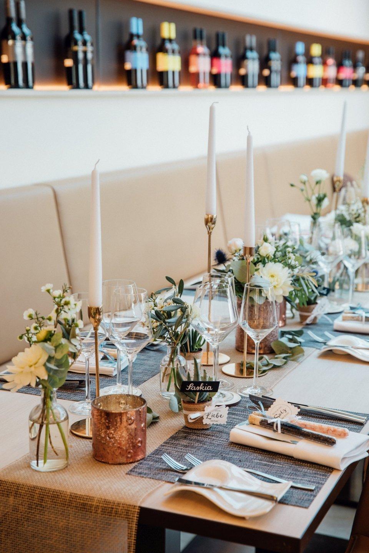 Hochzeitslocation-lange-Tafel-Deko-Innenansicht