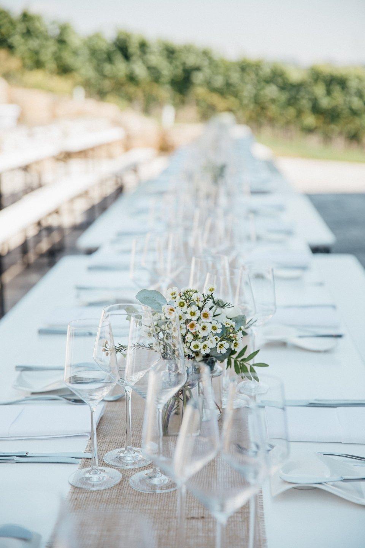 Hochzeitslocation-lange-Tafel-Deko-unter-freiem-Himmel-putdoor