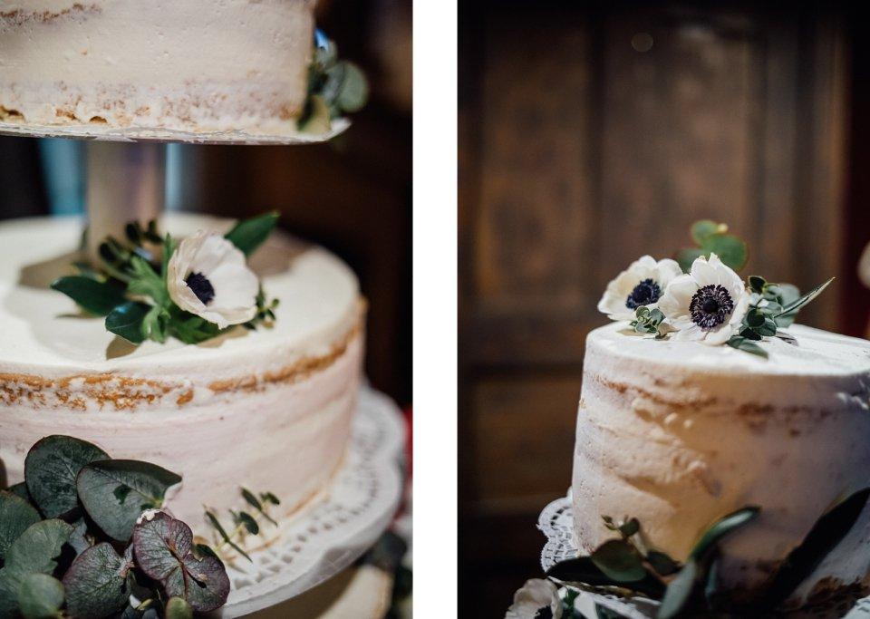 Hochzeitstorte mit Anemonen, Blumendekoration und Eukalyptus
