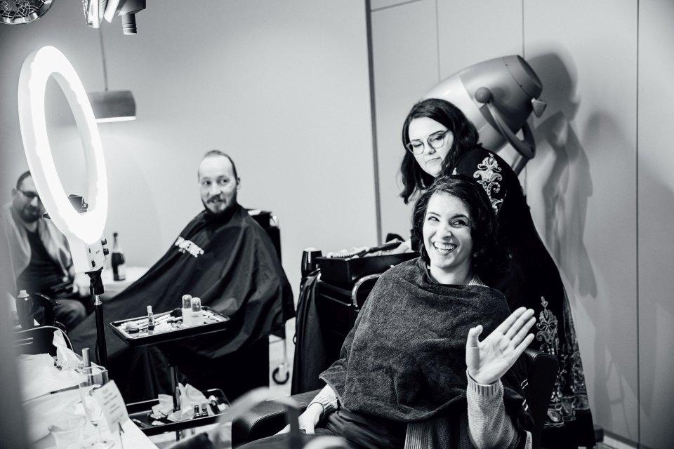 Braut und Bräutigam beim Friseur