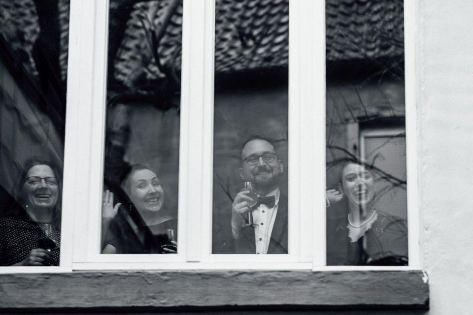 Fröhliche Gäste bei Hochzeit in Speyer