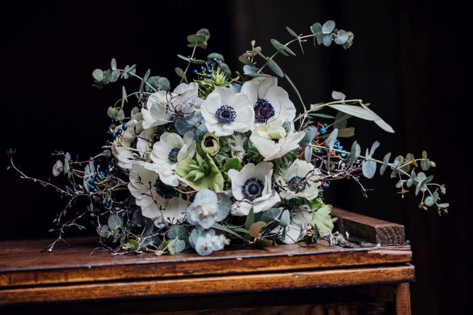 Brautstrauß mit Anemonen und Eukalyptus