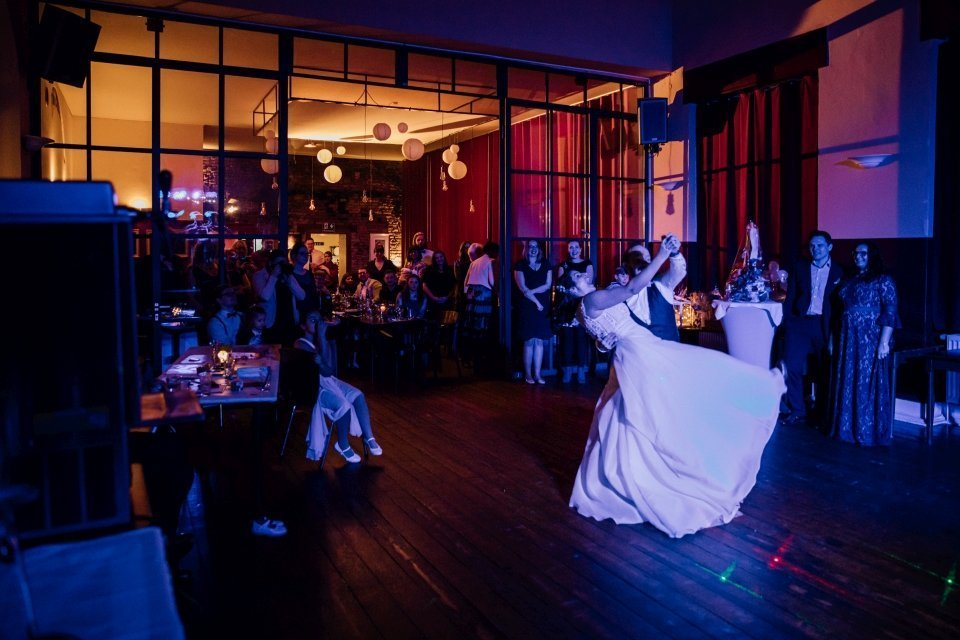 Alternatives Brautpaar tanzt Hochzeitstanz