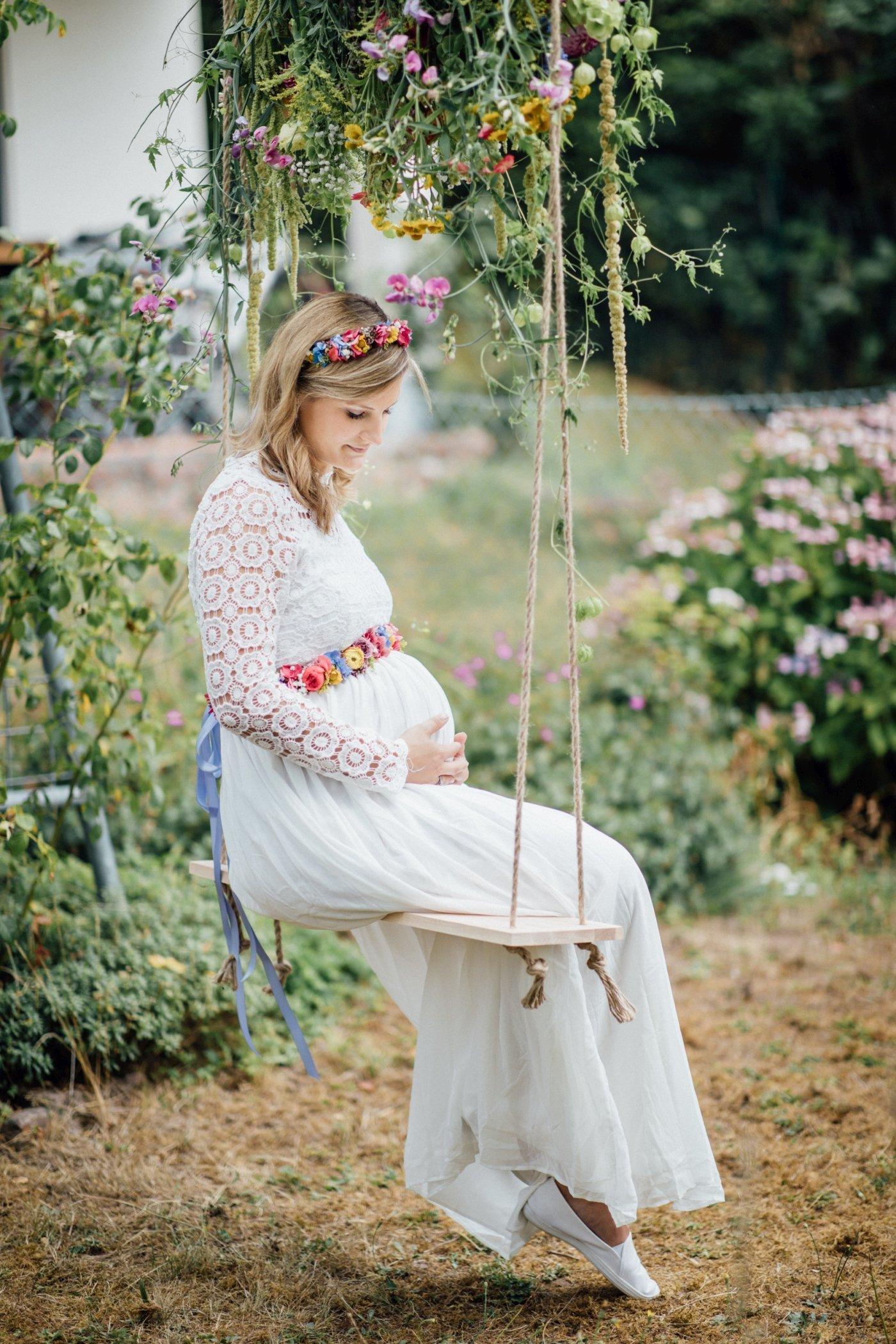 Babybauchfotos mit Blumenschaukel