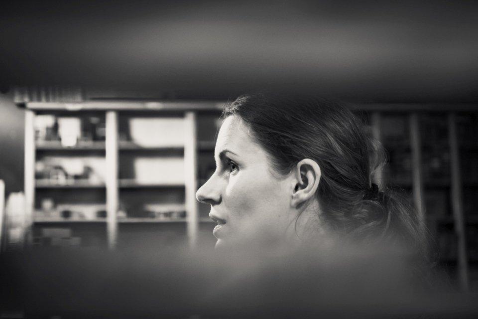 Frau im Druckladen