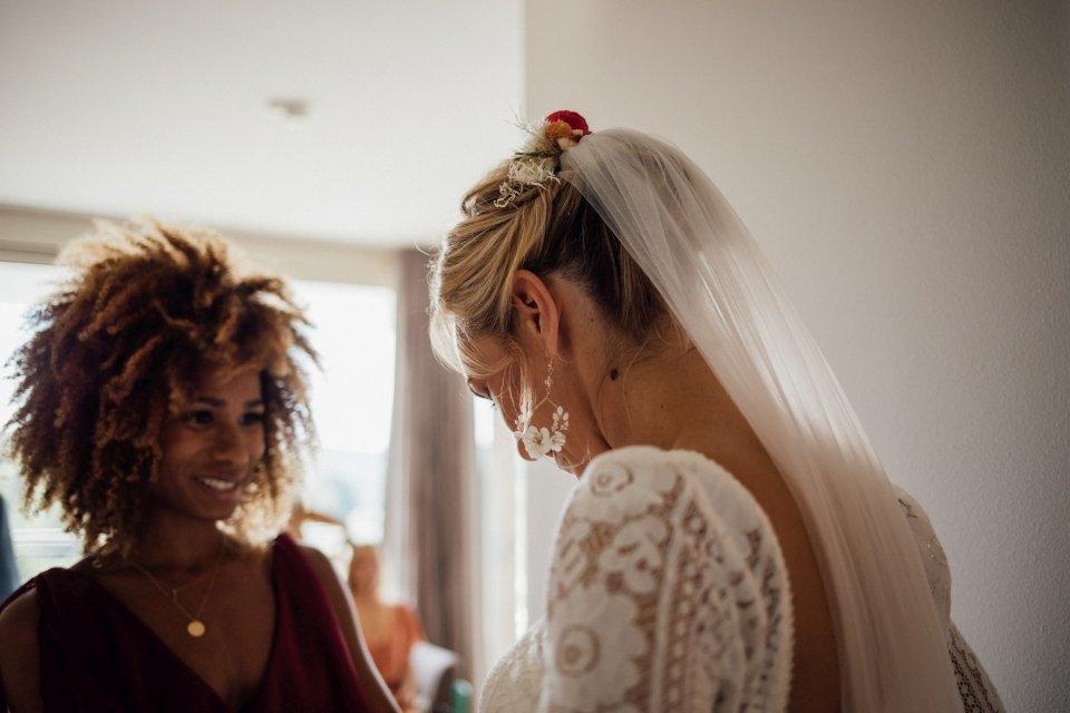 Hochzeitsfotos-im-Weingut-Hochzeitsreportage-Sommerhochzeit-001-getting-ready-Braut-Brautjungfer-Flowerarmband