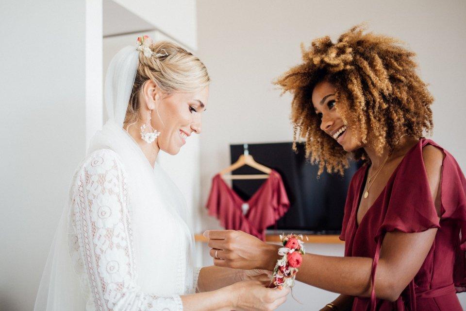 Hochzeitsfotos-im-Weingut-Hochzeitsreportage-Sommerhochzeit-002-getting-ready-Braut-Brautjungfer-Flowerarmband
