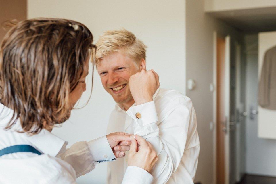 Hochzeitsfotos-im-Weingut-Hochzeitsreportage-Sommerhochzeit-004-getting-ready-trauzeuge