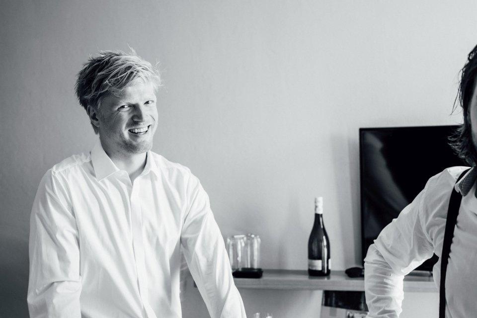 Hochzeitsfotos-im-Weingut-Hochzeitsreportage-Sommerhochzeit-005