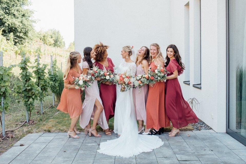 Hochzeitsfotos-im-Weingut-Hochzeitsreportage-Sommerhochzeit-009-Brautjungfern
