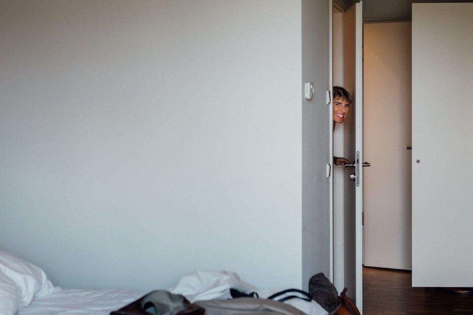 Hochzeitsfotos-im-Weingut-Hochzeitsreportage-Sommerhochzeit-010-getting-ready-hotelzimmer