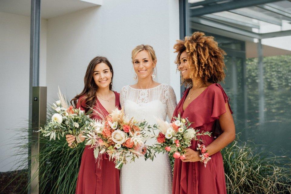Hochzeitsfotos-im-Weingut-Hochzeitsreportage-Sommerhochzeit-011-Braut-und-Brautjungfern